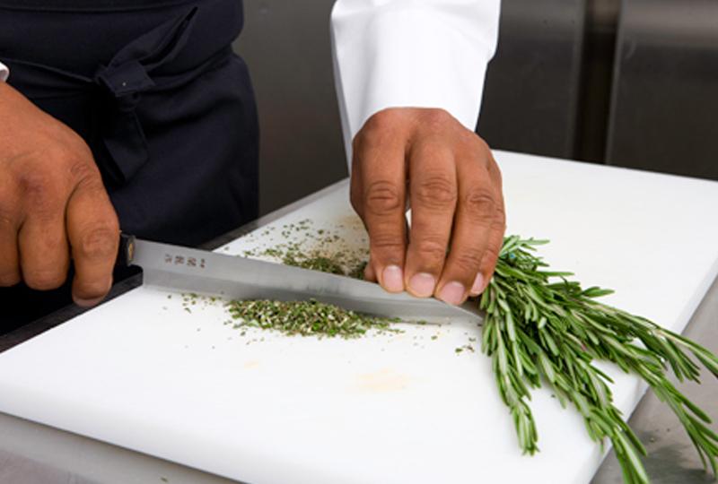 Kräuter von Hand geschnitten