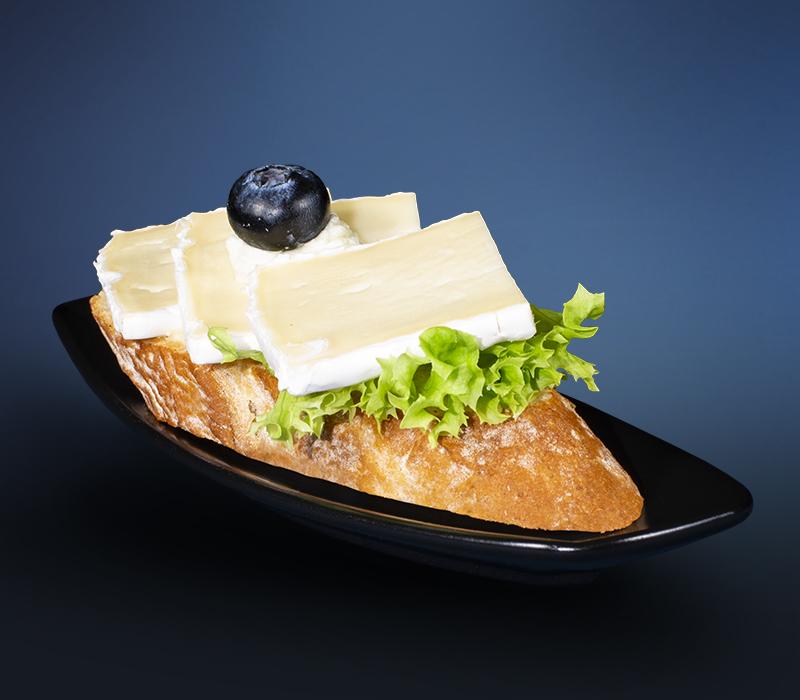 Canapé mit Tortenbrie